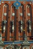 Statyer av gudar på huset av pormaskarna i Riga arkivfoto