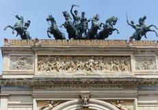 Statyer av hästar och skickliga ryttare upptill dörren av den Politeama teatern av Palermo Sicilien italy royaltyfria foton