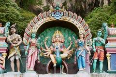 Statyer av hinduiska gudar på ingången till de Batu grottorna i Kuala Lumpur, Malaysia royaltyfri fotografi