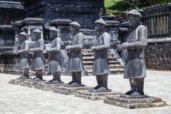 Statyer av krigare i imperialistiska Khai Dinh Tomb i ton, Vietnam Royaltyfri Bild