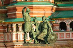 Statyer av Kuzma Minin och Dmitry Pozharsky framme av St Basil Cathedral arkivfoton