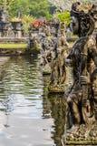 Statyer av kvinnakrigare av gudarna i en tempel i Bali Arkivbild