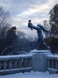 Statyer av modern och behandla som ett barn royaltyfri foto
