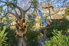 Statyer av ormen Kaa från boken av djungeln, med tukan Zazu från filmen Lion King på Disneyland Paris fotografering för bildbyråer