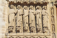 Statyer av sex apostlar på fasaden av den Notre Dame domkyrkan Royaltyfria Foton