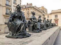 Statyer av sex continets framme av det D-`-Orsay museet Arkivbild