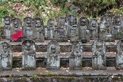 Statyer av Shintogudar dekorerar borggården av en relikskrin (Japan) arkivfoton