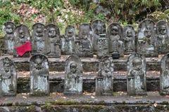 Statyer av Shintoistgudomar dekorerar borggården av en relikskrin (Japan) royaltyfri foto