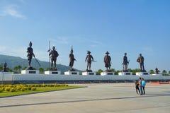 Statyer av sju tidigare thailändska konungar I som Ratchapaken parkerar Royaltyfria Bilder