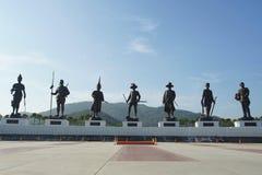 Statyer av sju tidigare thailändska konungar I som Ratchapaken parkerar Royaltyfri Bild