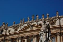 Statyer av St Peter & x27; s-basilika royaltyfria bilder