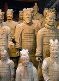 Statyer för kopia för terrakottakrigare som i naturlig storlek är till salu i den kinesiska marknadsPeking, Kina Royaltyfri Bild