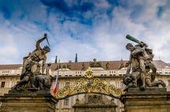 Statyer för port för Prague slott Royaltyfria Foton