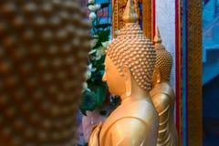 Statyer för vax för sidosikt av buddistiska munkar i templet Stora guld- diagram kopiera avstånd Royaltyfri Fotografi