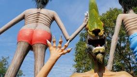 Statyer från helvete som visar mänskliga laster i templet av Eden och helvete thailand stock video