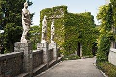 Statyer i borggården av slottduinoen, Trieste, Italien Royaltyfria Foton