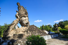 Statyer i skulpturen parkerar - Nong Khai, Thailand royaltyfria bilder