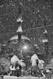 Statyer i snö vid moskén Fotografering för Bildbyråer