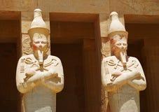 Statyer i templet royaltyfria bilder
