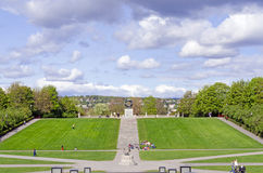 Statyer i Vigeland parkerar i den Oslo cirkeln royaltyfri fotografi