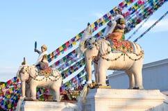 Statyer nära Boudhanath Stupa i Katmandu Royaltyfria Bilder