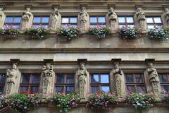Statyer och blommor på en tysk byggnad Arkivfoto
