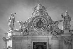 Statyer och klocka på taket av Vaticanen i Rome peter saint Arkivfoton