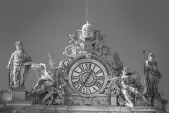 Statyer och klocka på taket av Vaticanen i Rome peter saint Fotografering för Bildbyråer