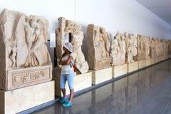 Statyer och lättnader i Aphrodisiasmuseet, Ayd? n Aegean region, Turkiet - Juli 9, 2016 Arkivbilder