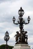 Statyer och lyktor på Pont Alexander III, Paris, Frankrike Royaltyfri Fotografi