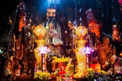 Statyer och stearinljus på mystiska Jade Emperor Pagoda, Ho Chi Minh City, Vietnam arkivbild