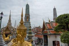 Statyer och tempel i den storslagna slotten av Bangkok, Thailand arkivbild