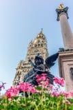 Statyer och torn i Marienplatzen av Munich i Tyskland arkivfoton