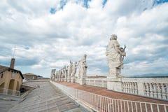 Statyer på överkanten av basilikan för St Peter ` s royaltyfria bilder