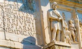 Statyer på bågen av Constantine i Rome, Italien Royaltyfria Bilder