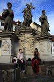 Statyer på Charles Bridge, historiska byggnader, Prague, Tjeckien Royaltyfri Foto