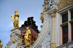 Statyer på den gamla medborgerliga registreringen, småstadfyrkant i Bruges, Belgien arkivfoto