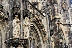 Statyer på den gotiska domkyrkan av Aachen Royaltyfri Fotografi