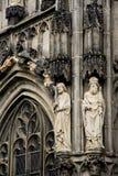 Statyer på den gotiska domkyrkan av Aachen Royaltyfri Foto