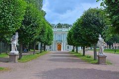 Statyer på den italienska stugan i det Kuskovo godset i Moskva Arkivfoto