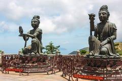 Statyer på den Tian Tan Buddha bergstoppet, Lantau ö Arkivfoto