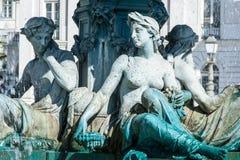 Statyer på en springbrunn på den Rossio fyrkanten arkivfoton