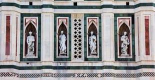 Statyer på fasaden av duomoen i Florence royaltyfria foton