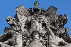Statyer på fasaden av Musee Du Louvre Royaltyfria Foton