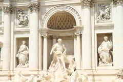 Statyer på Fontana di Trevi Arkivbilder