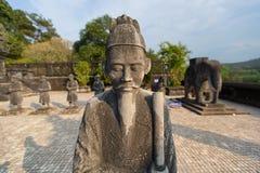 Statyer på gravvalvet av kejsaren Khai Dinh, ton, Vietnam Arkivbild