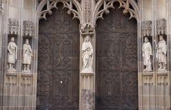 statyer på ingången av en domkyrkakatolik Royaltyfria Foton