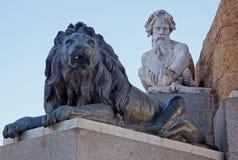 Statyer på monumentet till den Philip droppen av Spanien nära Royal Palace på Madrid, Spanien arkivbilder