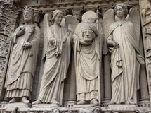 Statyer p? Notre Dame Cathedral i Paris arkivfoton