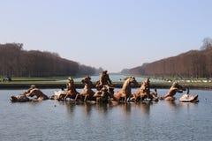 Statyer på sjön i den Versailles' trädgården royaltyfria bilder